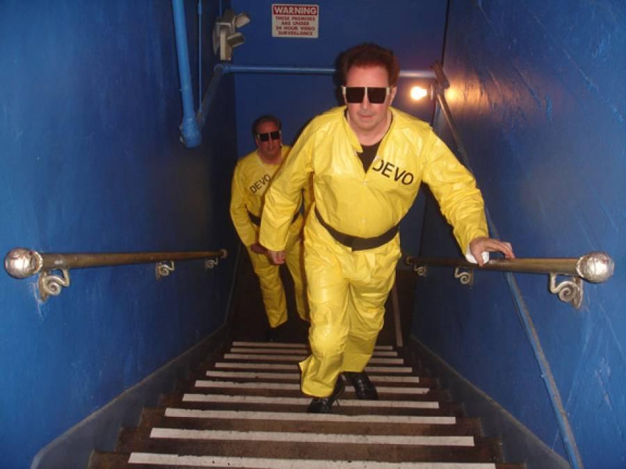 11/3/09: DEVO Walks To Stage-no1